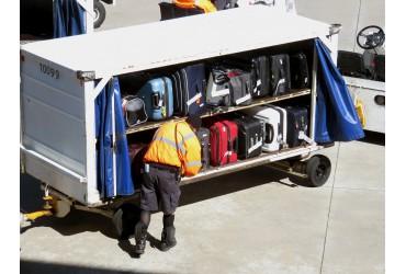 Uszkodzona walizka podróżna na lotnisku - co robić?